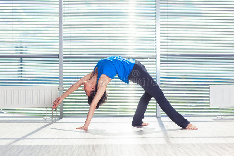 Fitness, sport, opleiding en mensenconcept - glimlachende vrouw die buikoefeningen op mat in gymnastiek doen royalty-vrije stock fotografie