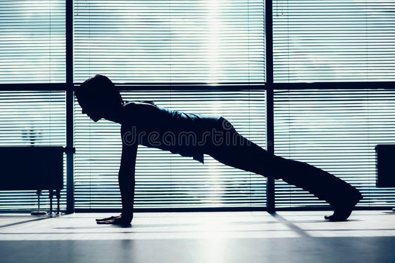 Fitness, sport, opleiding en mensenconcept - glimlachende vrouw die buikoefeningen op mat in gymnastiekcontour doen van het licha royalty-vrije stock afbeelding