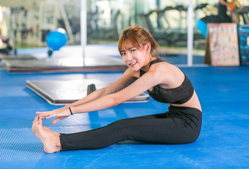 Fitness, sport, opleiding, gymnastiek en levensstijlconcept die - uitrekken zich stock foto's