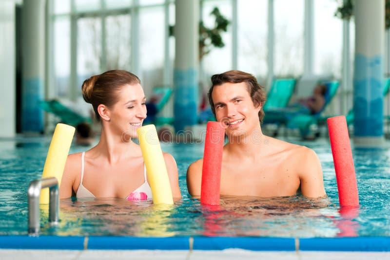 Fitness - sporten en gymnastiek in zwembad stock foto