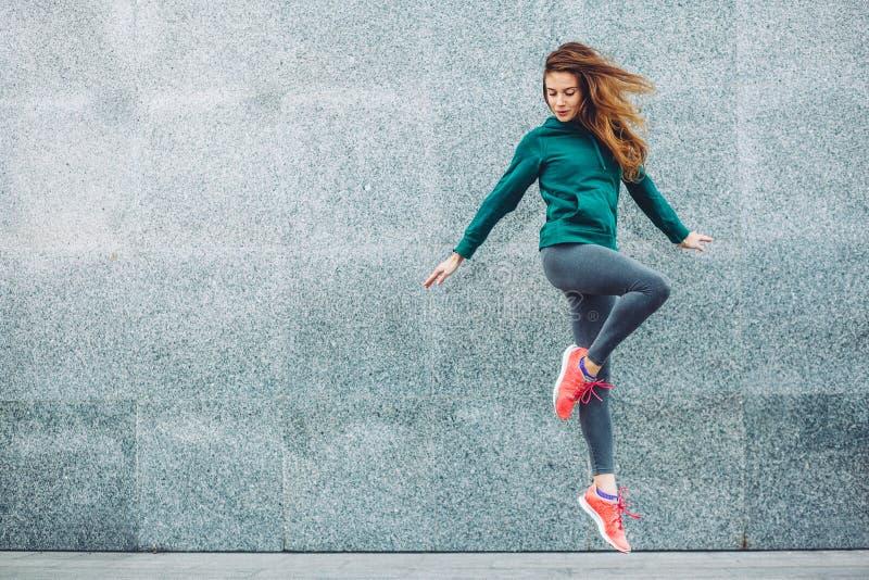 Fitness sportmeisje in de straat royalty-vrije stock fotografie
