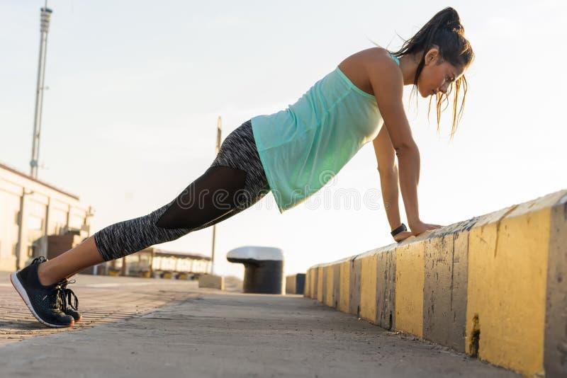 Fitness vrouw die duw UPS de Openluchtzomer doen die van de opleidingstraining de sport gezonde levensstijl gelijk maken van het  stock afbeelding