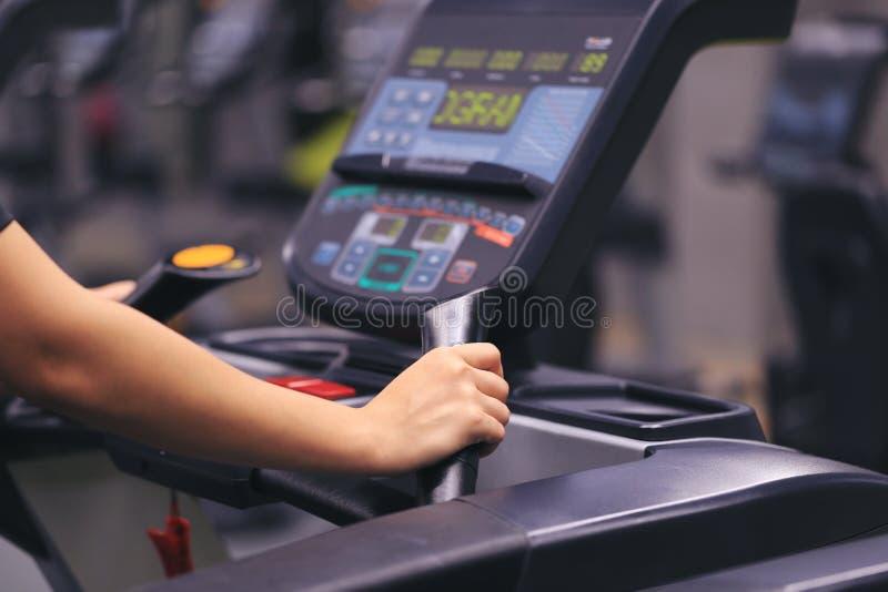 Fitness vrouw die op tredmolen en brandwondvet in het lichaam in de gymnastiek, de Gezonde levensstijl en het sportconcept lopen stock afbeelding