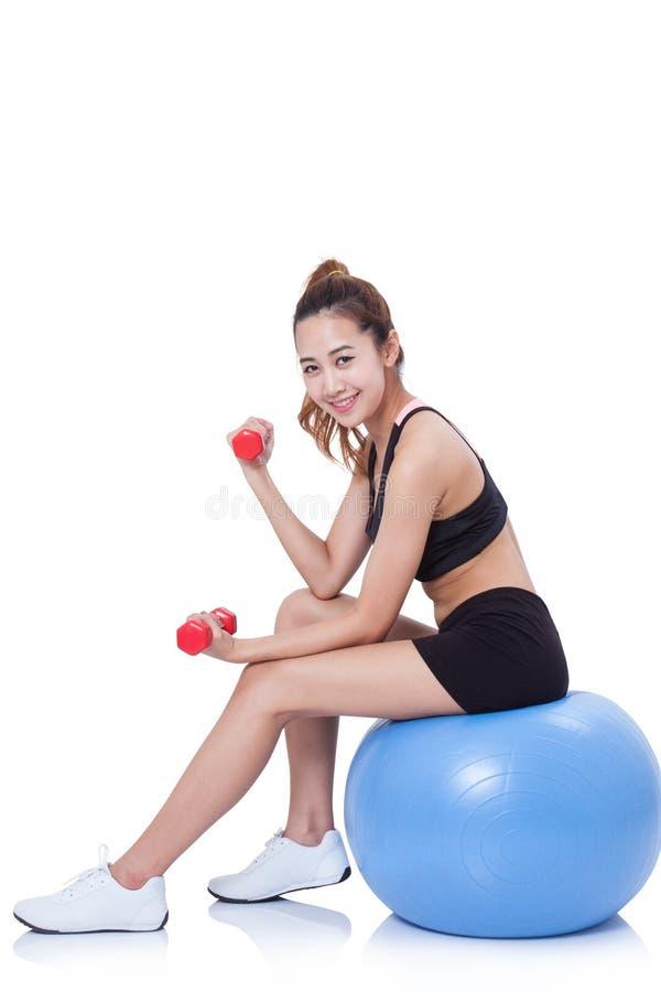 Fitness vrouwensport opleiding met oefeningsbal stock afbeelding