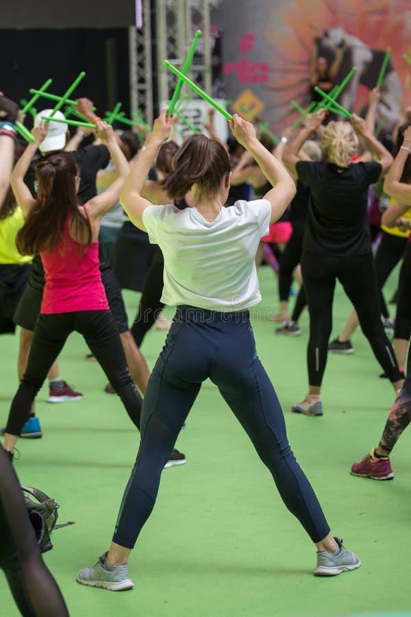 Fitness-Workout in Gym: Übungen mit Musik und grünem Trommelschlag lizenzfreies stockbild