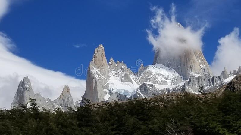 Fitz Roy Massif med moln - El Chalten, Argentina arkivfoto