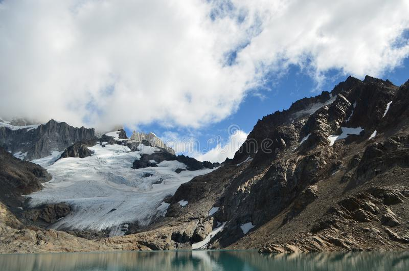 Fitz Roy Mountain cubrió por las nubes foto de archivo