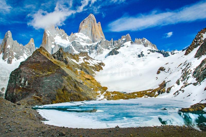 Fitz Roy Mountain escénico con el lago imagen de archivo