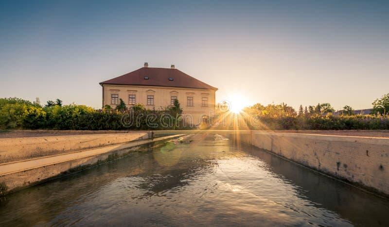 Fiume artificiale che scorre in mezzo al parco al tramonto fotografia stock