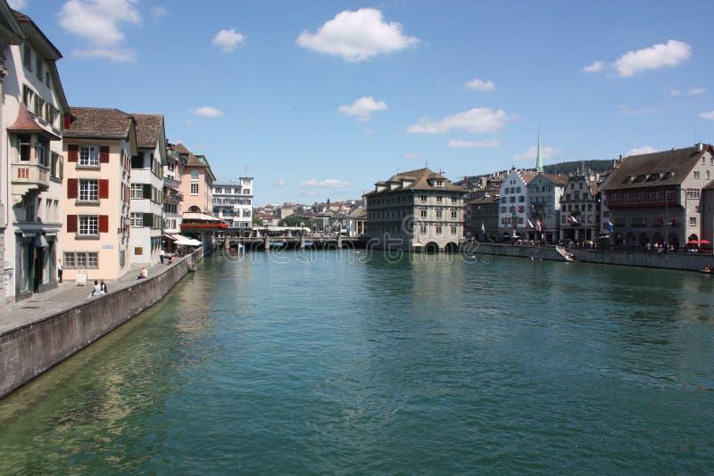 Fiume attraverso Zurigo Città Vecchia Svizzera immagini stock libere da diritti