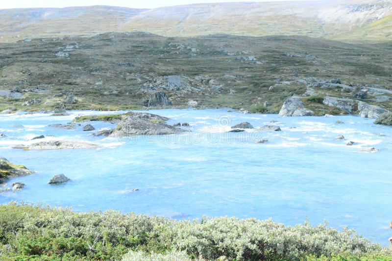 Fiume blu nel parco nazionale di Jotunheimen fotografie stock libere da diritti