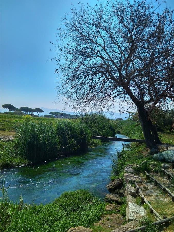 Fiume blu stupefacente pulito in un parco in Italia fotografie stock libere da diritti