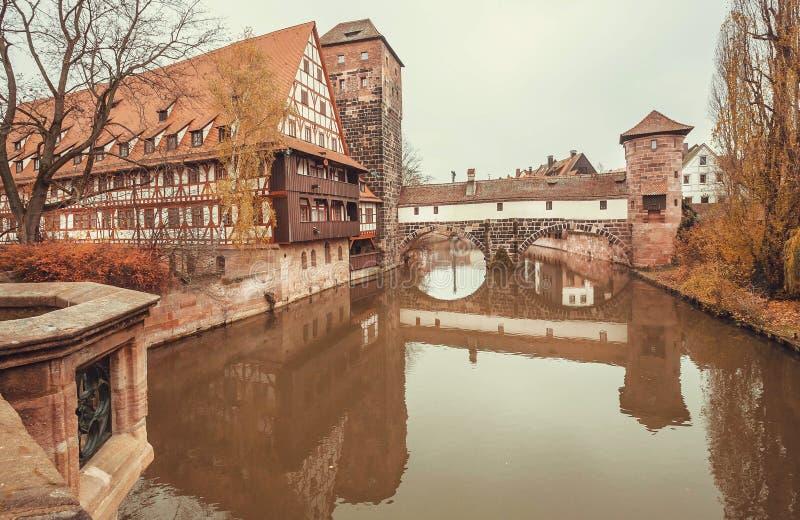 Fiume calmo in città bavarese storica con il ponte e le vecchie case fotografie stock libere da diritti