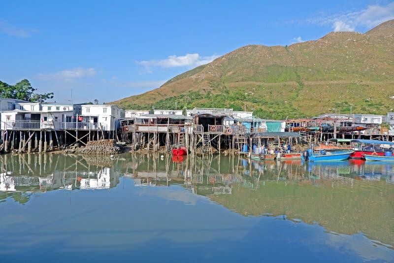 Fiume, casa di legno e villaggio con la riflessione nella campagna di Hong Kong fotografia stock libera da diritti