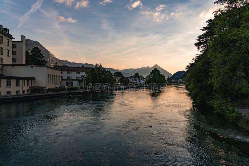 Fiume che passa Interlaken, Svizzera fotografia stock libera da diritti