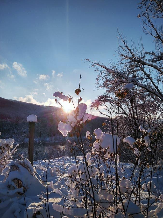 Fiume con ghiaccio su un fondo delle montagne fotografia stock libera da diritti