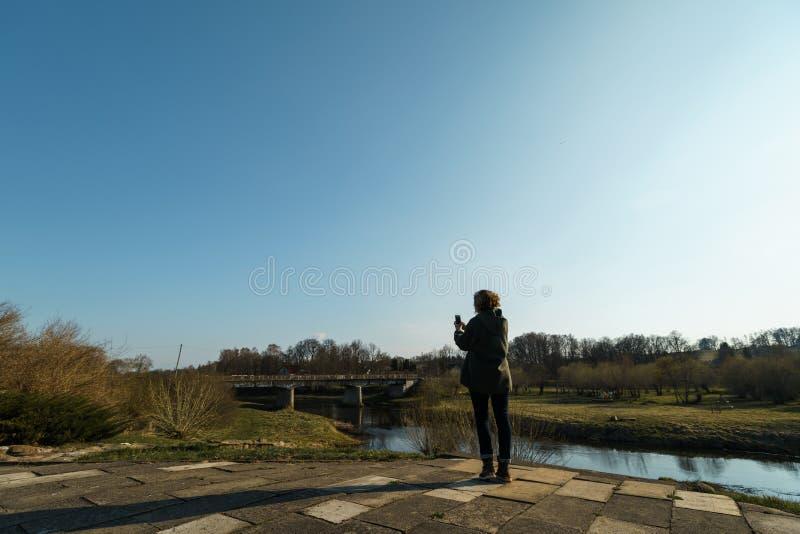 Fiume con un ponte nel backround in Sabile, Lettonia immagini stock