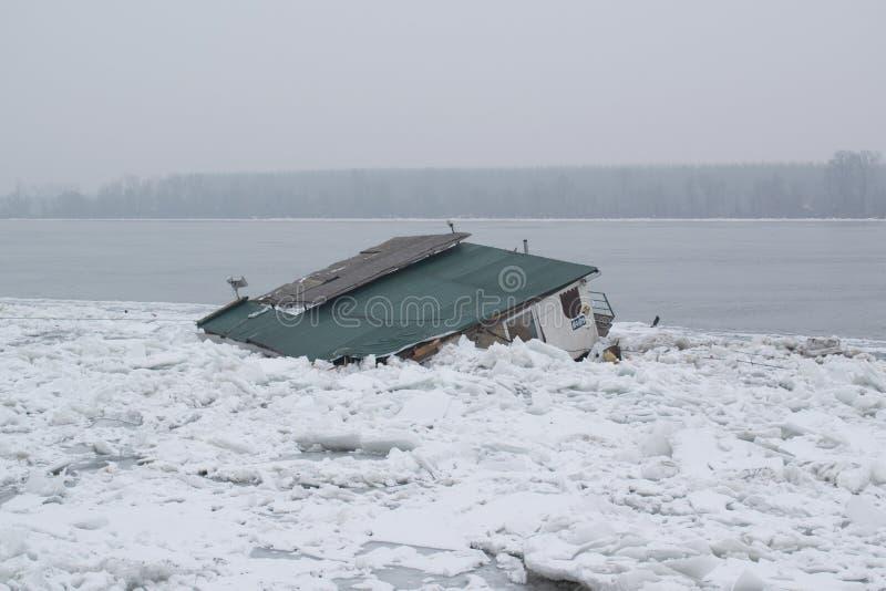 Fiume congelato con ghiaccio galleggiante accumulato che mette preasure sul bacino immagini stock libere da diritti