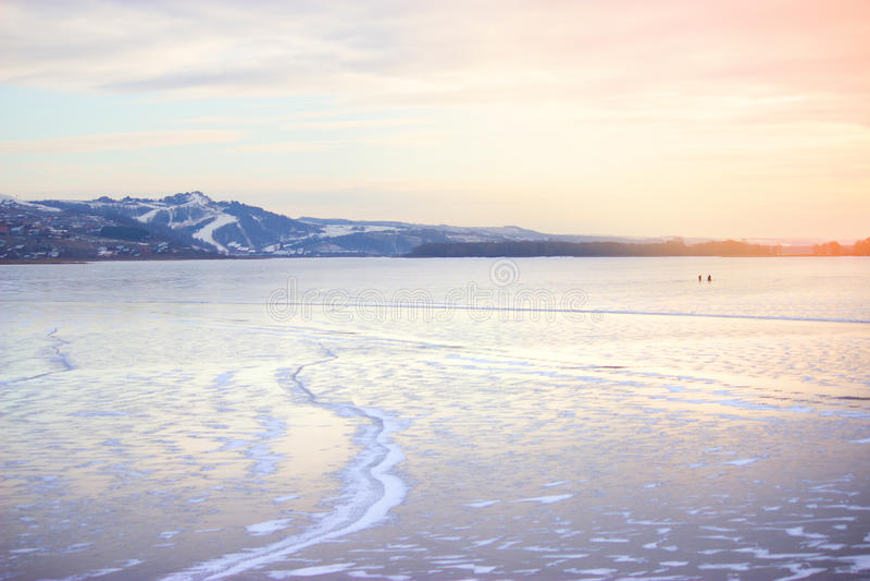 Fiume congelato e montagne distanti fotografie stock