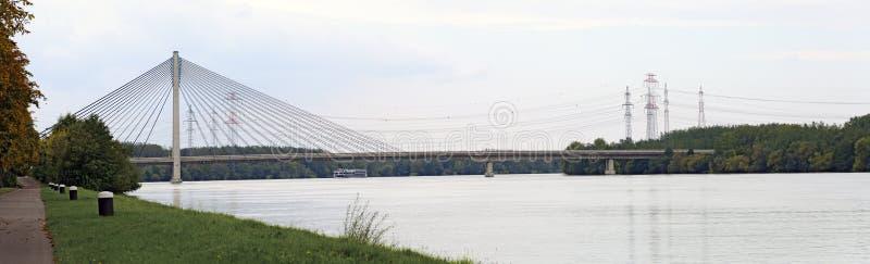 Fiume Danubio con il ponte strallato fotografie stock libere da diritti
