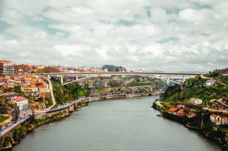Fiume del Duero con la vista superiore delle città di Vila Nova de Gaia e di Oporto fotografia stock libera da diritti