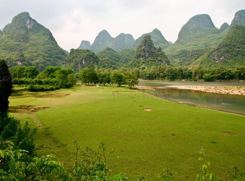 Fiume del Li Jiang e le sue montagne fotografia stock libera da diritti