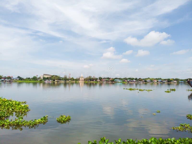 Fiume del paesaggio e belle nuvole sulle sussistenze del cielo blu dal fiume immagini stock libere da diritti