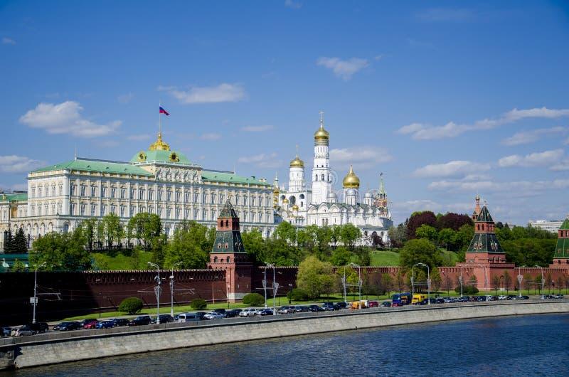 Fiume del palazzo e di Mosca di Cremlino, vista dal ponte immagini stock