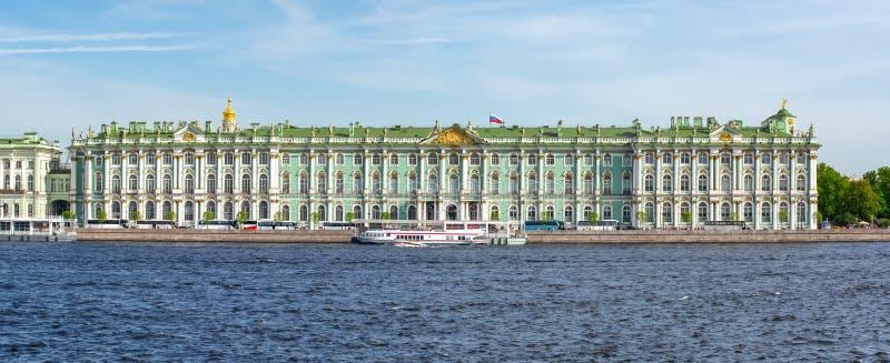 Fiume del palazzo e di Neva di inverno del Museo dell'Ermitage, St Petersburg, Russia fotografia stock