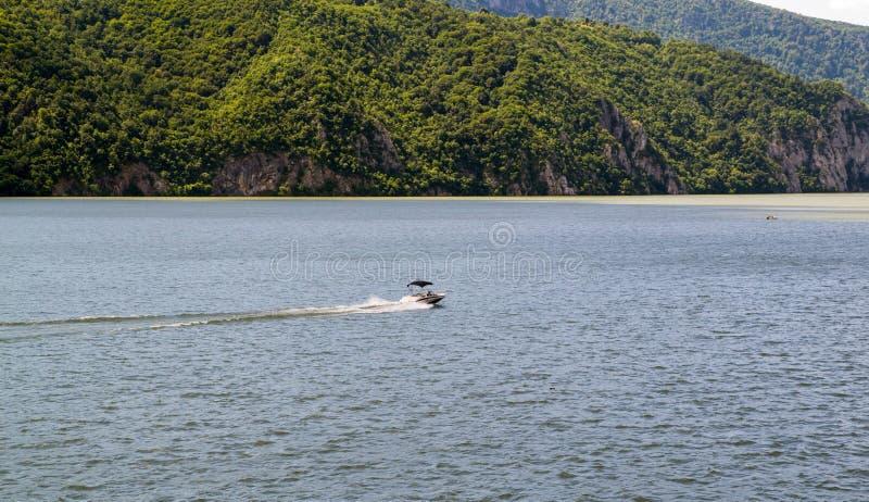 Fiume dell'incrocio della barca di velocità immagini stock