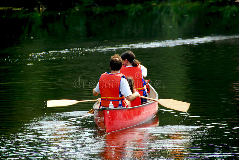 Fiume della canoa della famiglia immagini stock