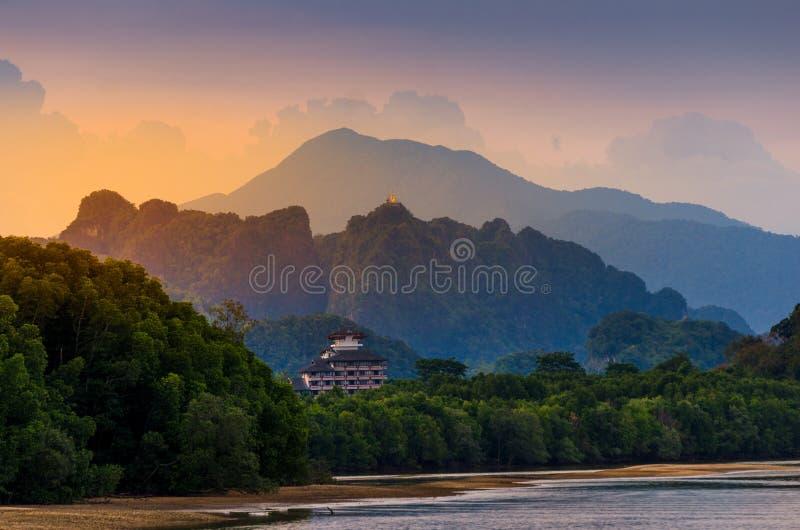 Fiume della luce del fiume della montagna in Krabi, natura di bellezza dell'atmosfera della Tailandia Tiger Cave Temple immagine stock libera da diritti