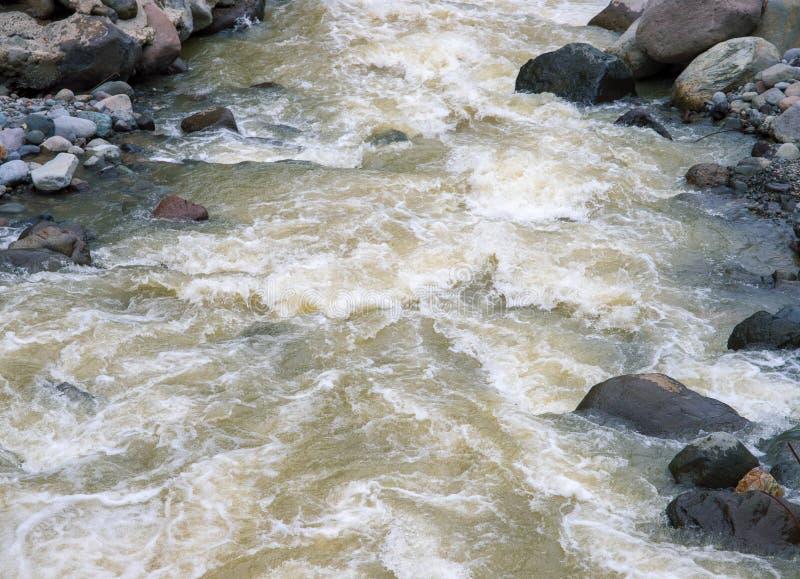 Fiume della montagna con le pietre Corrente veloce dell'acqua Struttura della foto dell'acqua fotografie stock libere da diritti