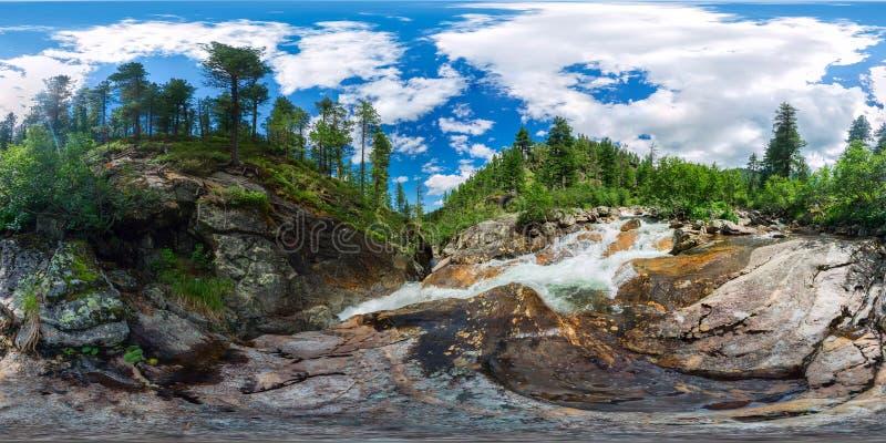 Fiume della montagna con le rapide nei gradi sferici di panorama 360vr della foresta di taiga immagine stock libera da diritti