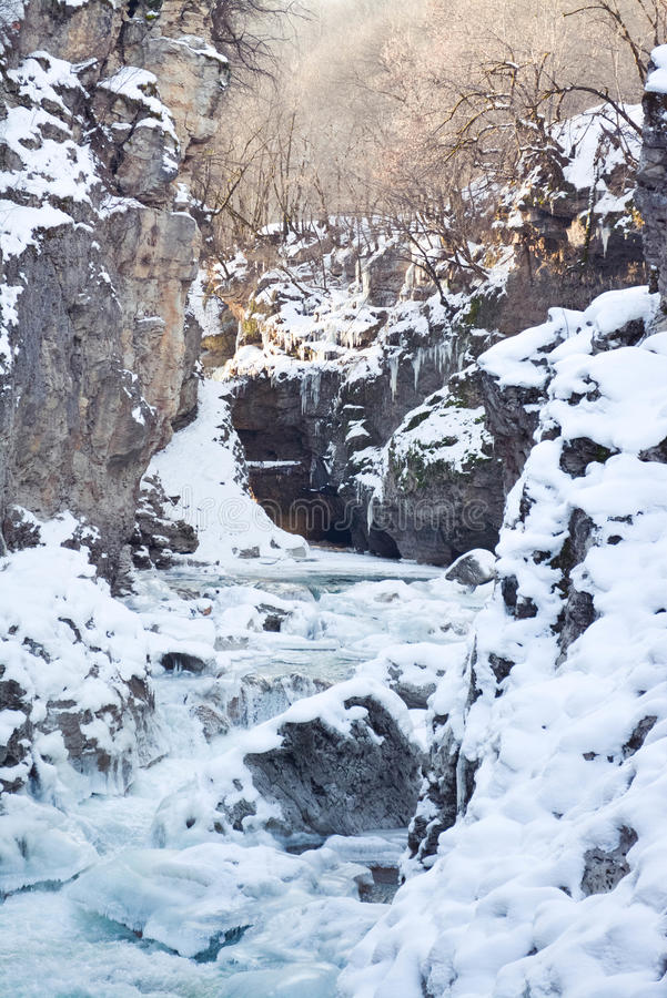 Fiume della montagna di inverno fotografie stock
