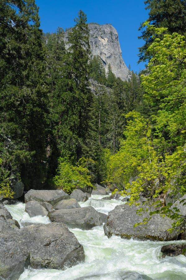 Fiume della montagna e grandi pietre un giorno pieno di sole fotografia stock