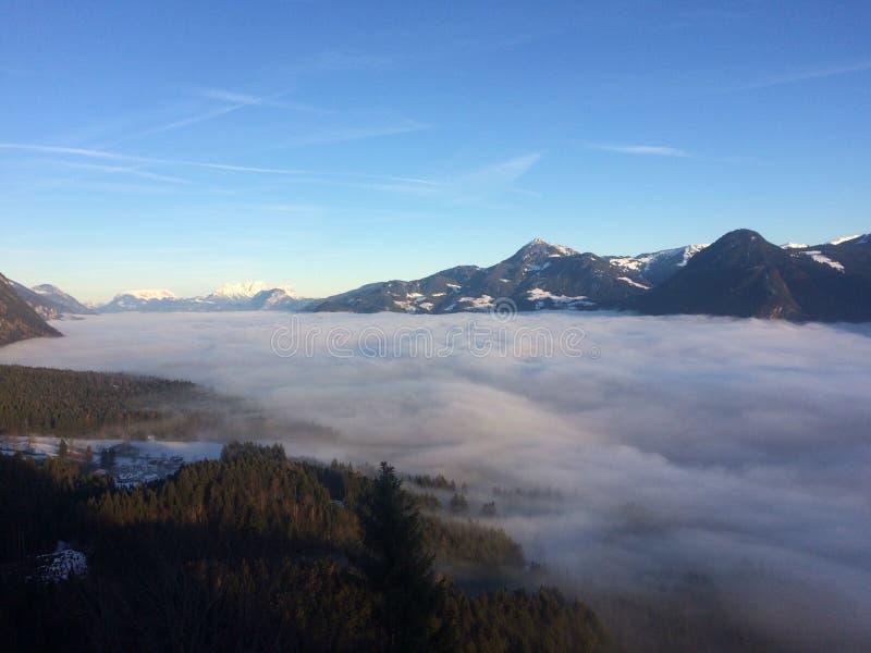 Fiume della nebbia fotografia stock