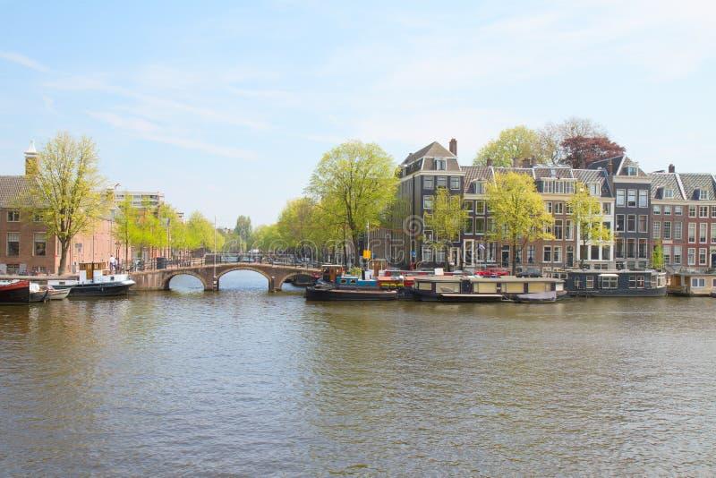 Fiume di Amstel ed argine, Amsterdam, Olanda fotografia stock