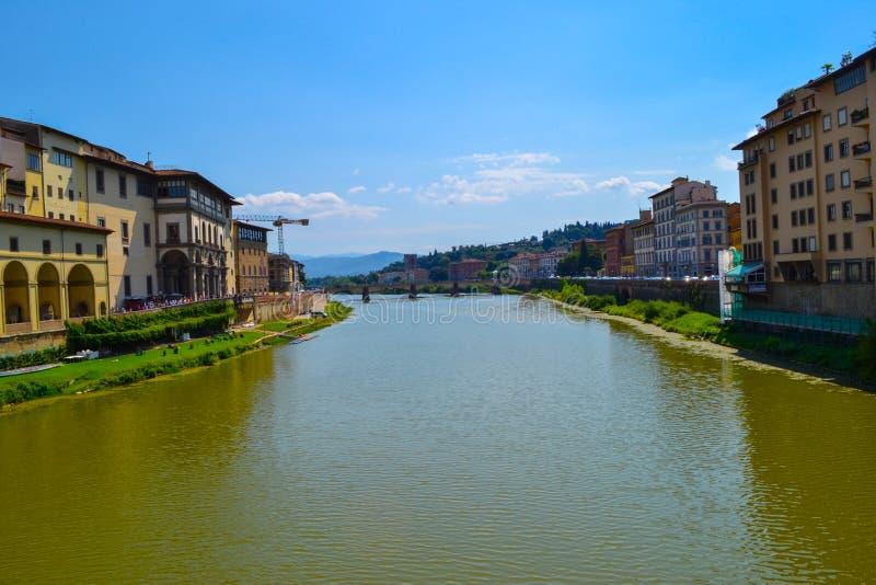 Fiume di Arno con il ponte di Carraia di alla di Carraia di alla di Ponte al immagine stock libera da diritti