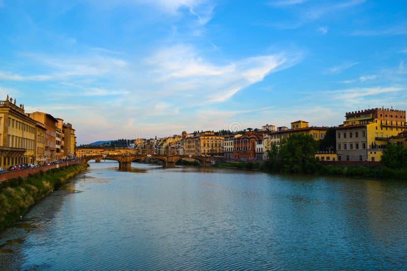 Fiume di Arno con Ponte Santa Trinita Holy Trinity Bridge al fotografia stock