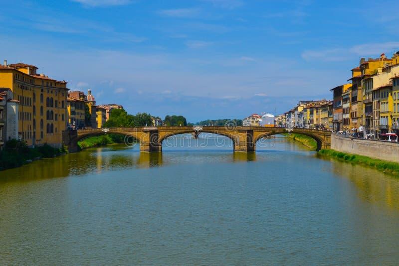Fiume di Arno con Ponte Santa Trinita Holy Trinity Bridge al fotografie stock