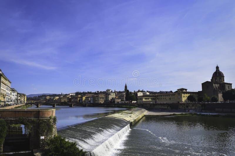 Fiume di Arno a Firenze, giorno soleggiato fotografie stock
