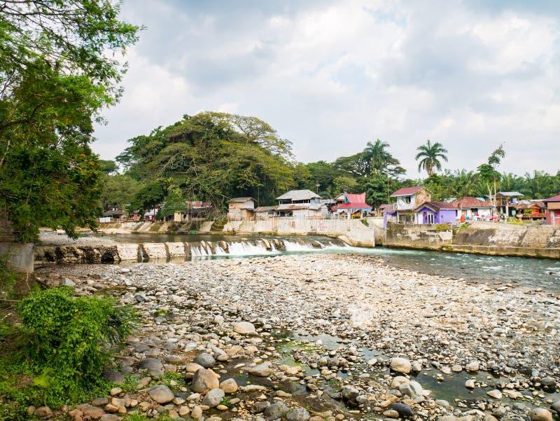 Fiume di Bohorok alla vista di bassa marea da Ecolodge Bukit Lawang immagine stock libera da diritti