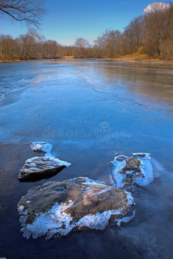 Fiume di congelamento fotografia stock