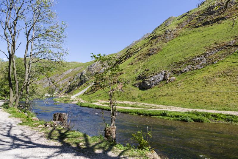 Fiume di Dovedale e valle, Derbyshire, Regno Unito fotografie stock libere da diritti