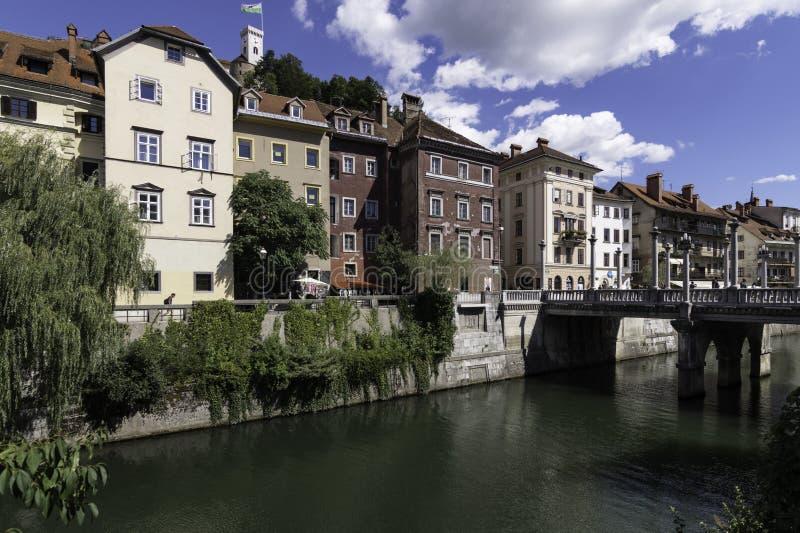 Fiume di Ljubljanica come attraversa il ponte dei calzolai nella città di Transferrina, Slovenia fotografia stock