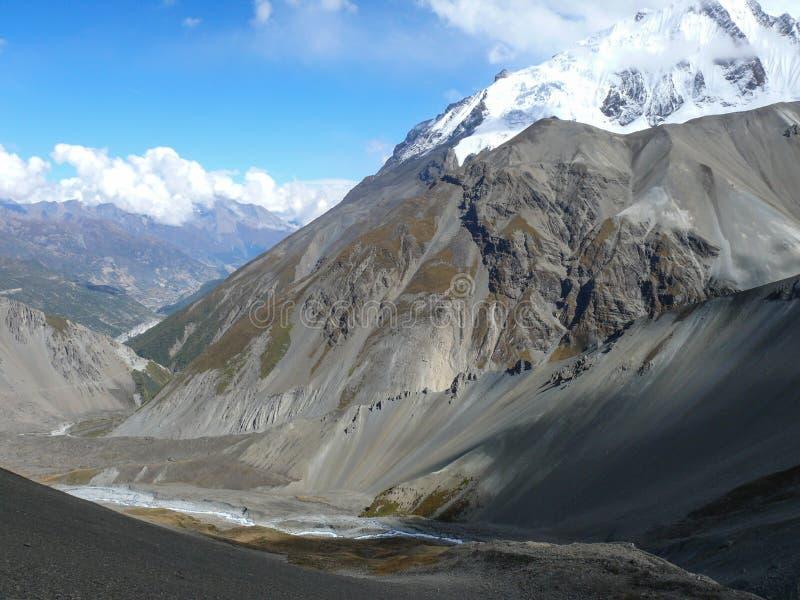 Fiume di Marsyangdi e di Annapurna vicino al campo base di Tilicho, Nepal fotografie stock