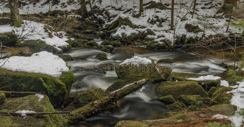 Fiume di Mensi Vltavice nel giorno di inverno della neve immagini stock libere da diritti
