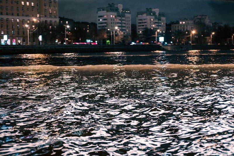Fiume di notte alle luci della città immagine stock