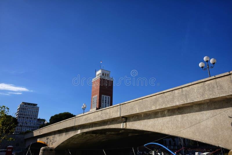 Fiume di Pescara e palazzo municipale immagini stock